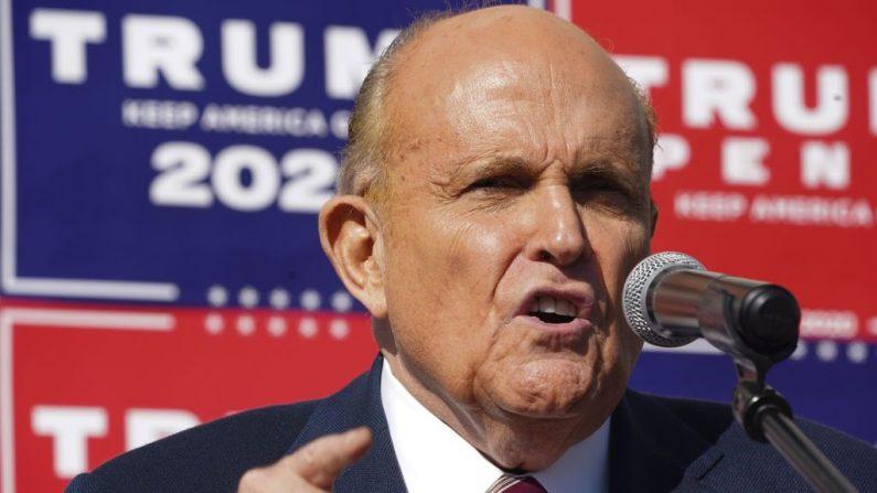 El abogado del Presidente Trump, Rudy Giuliani, habla en una conferencia de prensa en el estacionamiento de una empresa de paisajismo el 7 de Noviembre del 2020 en Filadelfia.(BRYAN R. SMITH/AFP vía Getty Images)