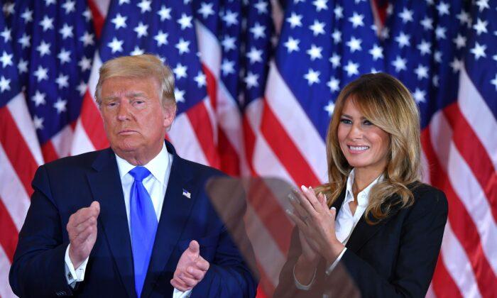 El Presidente Donald Trump aplaude junto a la Primera Dama Melania Trump tras hablar en el Salón Este de la Casa Blanca el 4 de Noviembre del 2020. (Mandel Ngan/AFP vía Getty Images)