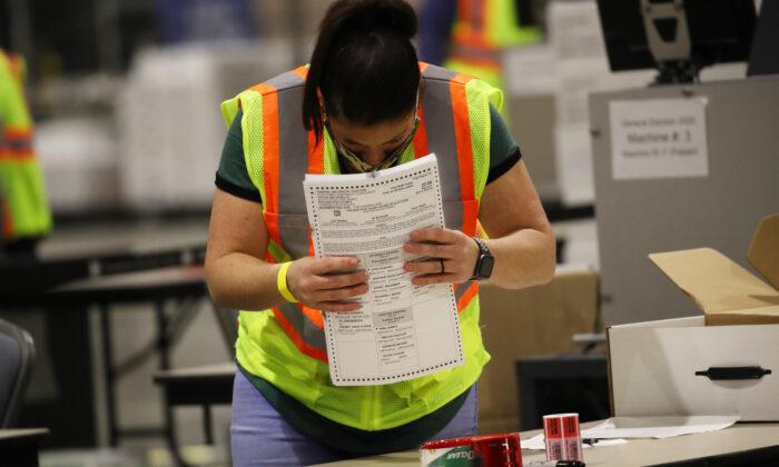 Trabajadores electorales cuentan las boletas de los votantes en Filadelfia, Pensilvania, el 4 de Noviembre del 2020. (Spencer Platt/Getty Images)