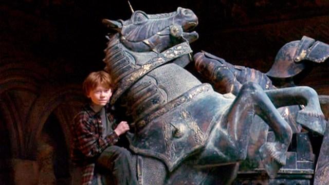 30 escenas de la saga 'Harry Potter' que te hace ilusión ver incluso  sabiéndotela de memoria: Ron destroza las piezas de ajedrez - SensaCine.com