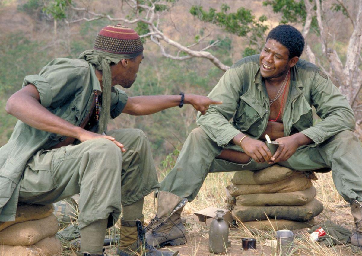 """Por último, en algunas escenas, se escucha el programa de radio, """"Good morning, Vietnam"""" de Adrian Cronauer, cuya irreverencia levantaba los ánimos de los soldados"""
