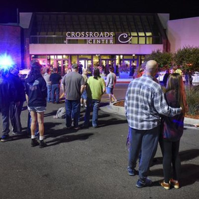 Gente de pie junto a la entrada norte del centro comercial Crossroads, entre Macy's y Target, mientras la policía investiga un apuñalamiento múltiple el sábado 17 de septiembre de 2016 en St. Cloud, Minnesota.  (Dave Schwarz/St. Cloud Times via AP)