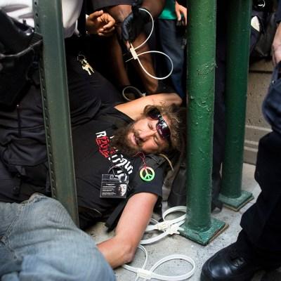 Violencia de la policía contra un latino detenido