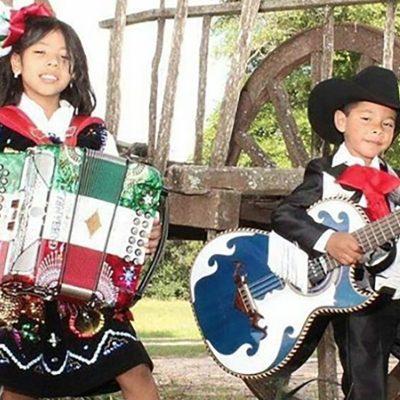 Niños mexicanos les cantan a los inmigrantes