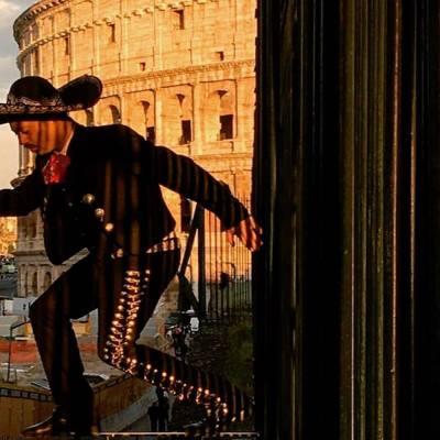 Un mariachi une a personas de todo el mundo.