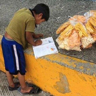 niño hace la tarea