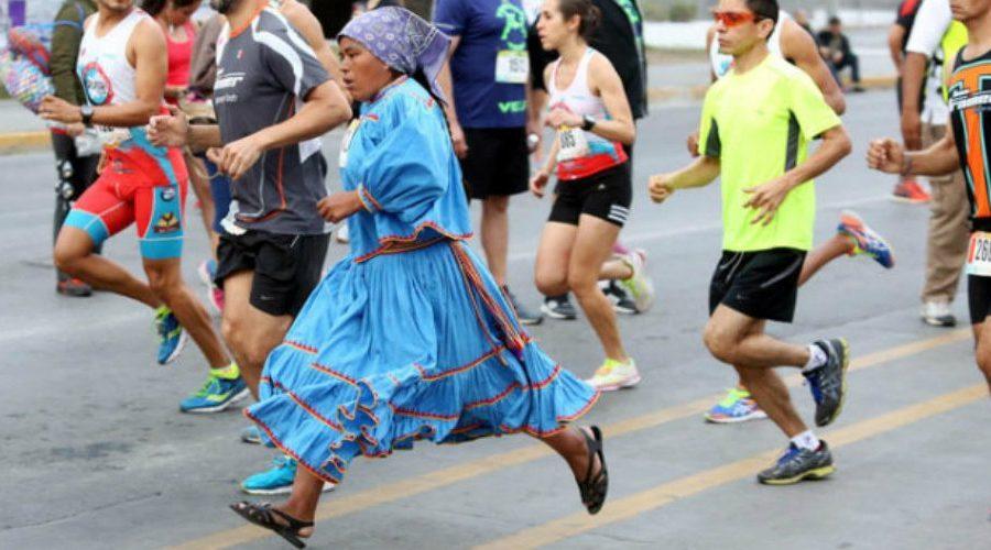 Académico de Harvard reveló el por qué los tarahumaras ganan carreras con sólo usar huaraches