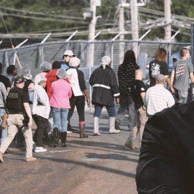Director de ICE culpa a los padres por los niños abandonados tras mega redada