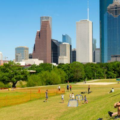 Houston abre centros de entretenimiento pese alza de contagios y muertes por COVID-19