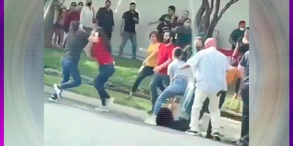 Tras reapertura de tiendas en Texas, mujeres se pelean en fila de espera