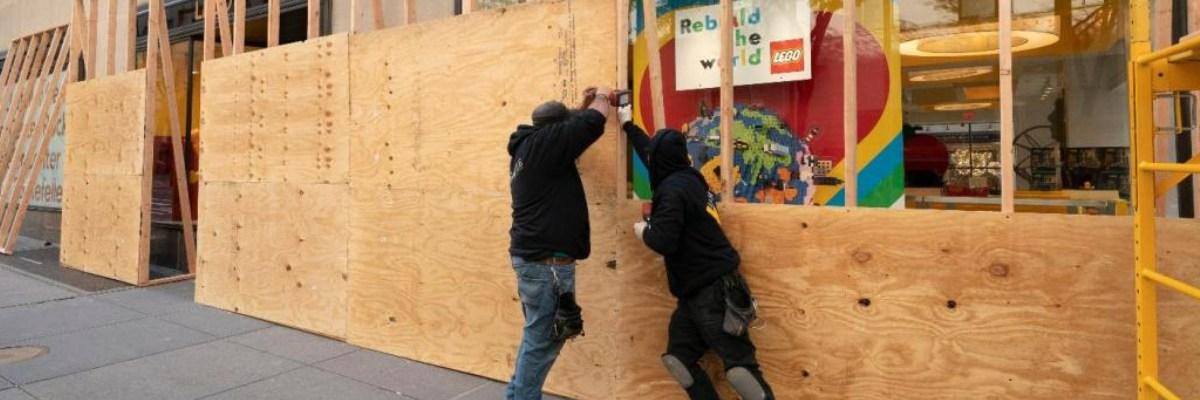 Comerciantes en EU blindan sus establecimientos por temor a disturbios