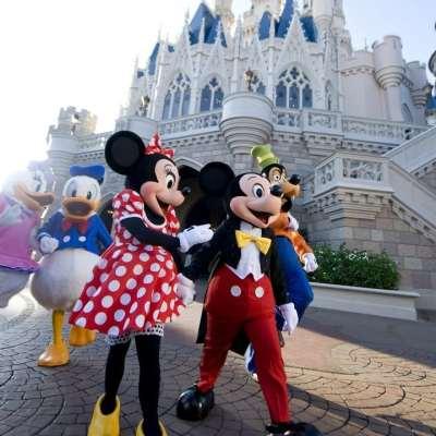 Hombre escupe a trabajador de Disney World y se niega a usar cubrebocas
