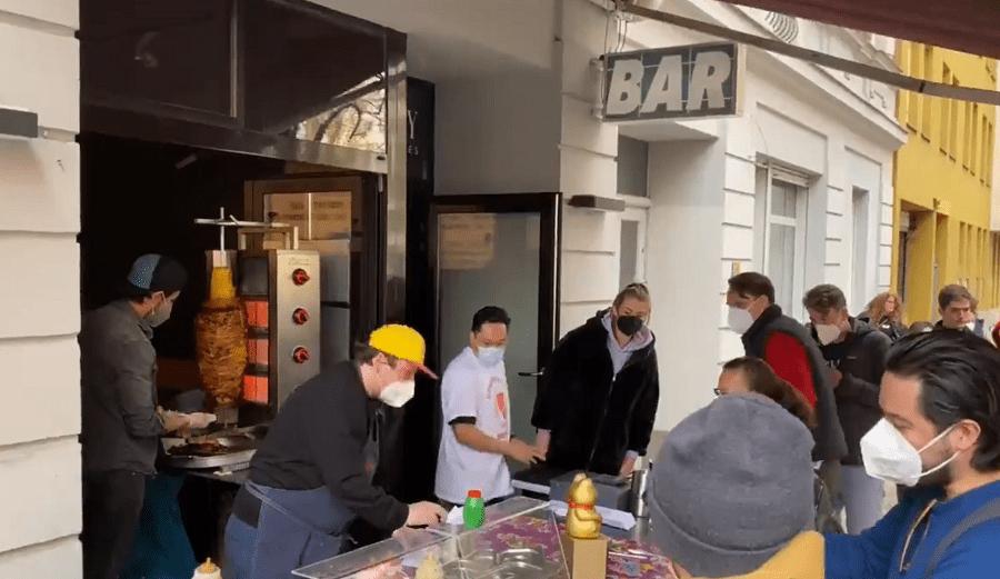 Puesto de tacos al pastor causa euforia en las calles de Alemania