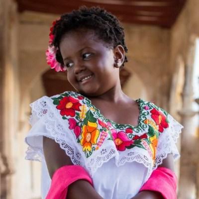 Niña de Chicago porta con orgullo un traje típico de Yucatán