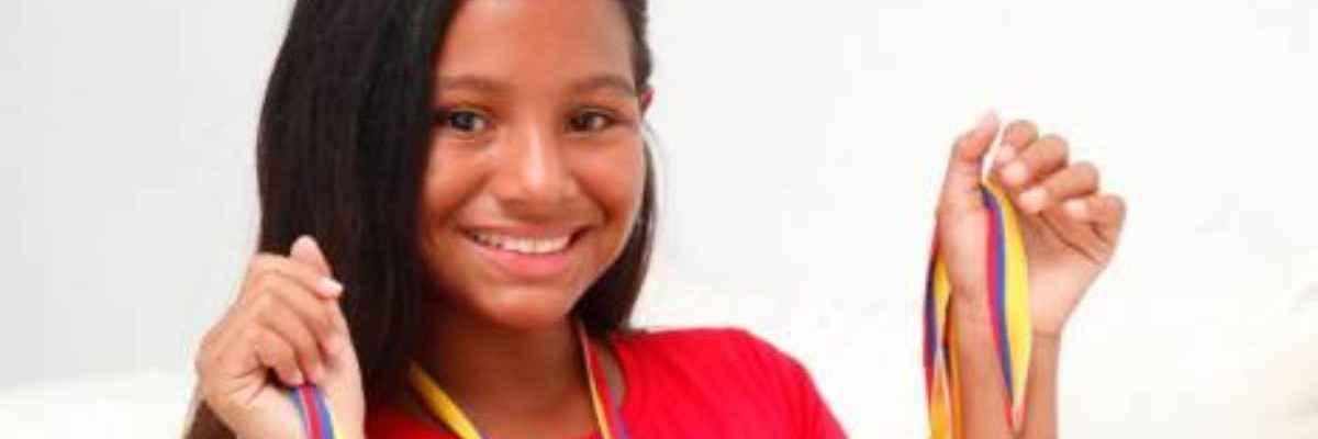 Niña latina de 10 años gana beca para estudiar la universidad en EE.UU.