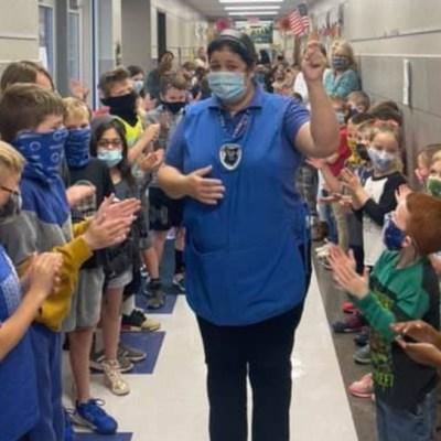 Niños celebran que chef de su escuela obtuvo la ciudadanía estadounidense