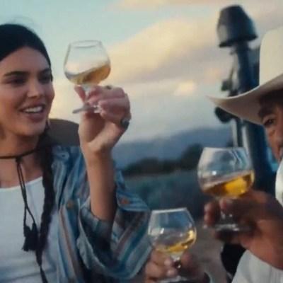 Critican a Kendall Jenner por hacerse trenzas y tomar tequila en copa