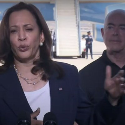 Kamala Harris visita la frontera con México; se reunió con migrantes