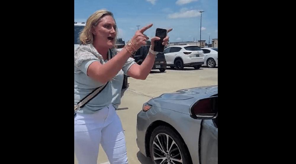 """""""Regresen a su país de morenos"""": grita mujer a familia latina en Texas"""