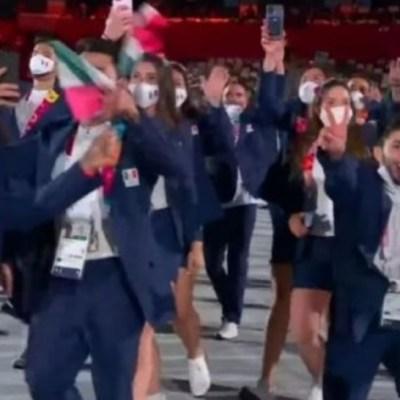 Atleta mexicano se quita el cubrebocas durante el desfile de Tokio