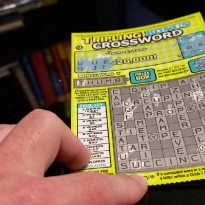 Mexicano sin papeles recibe ayuda para cobrar premio de la Loteria