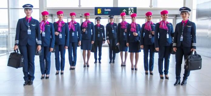 Voo da Azul com tripulação de mulheres Campanha Outubro Rosa