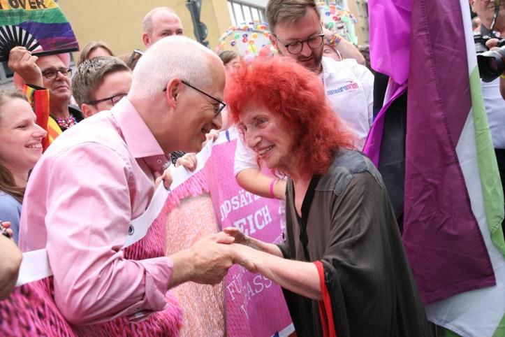 CSD HH 2019 mit ESC kompakt Dancefloor Parade Hamburgs Buergermeister Peter Tschentscher mit Ikone Peggy Parnass