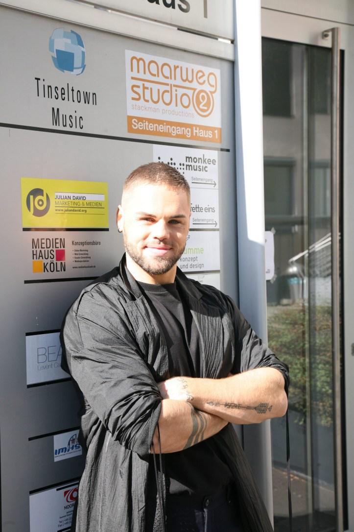 Inside Eurovision Workshop 2018 Koeln Tag 3 On The Way to Tel Aviv Daniel vor dem Maarweg Studio Eingang