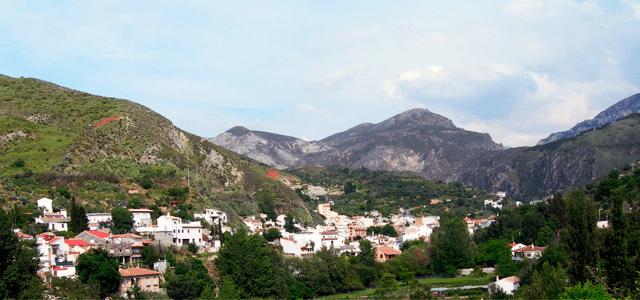 Vista del pueblo de Monachil desde la vega