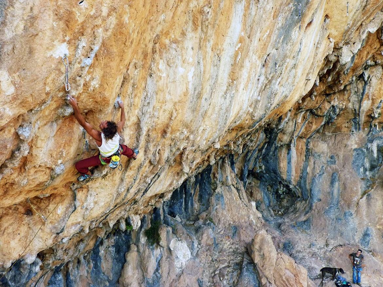 Javier morales escalando en el Goterón. Cogollos Vega, Granada