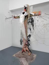 FIGURA 142- Uma das várias esculturas com cruzes de Agathe Snow (2007)