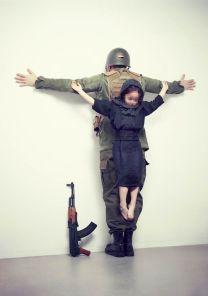 """FIGURA 250 - Fotografia da série """"The Untouchables"""", de Eric Ravelo, uma crítica à violência contra as crianças"""