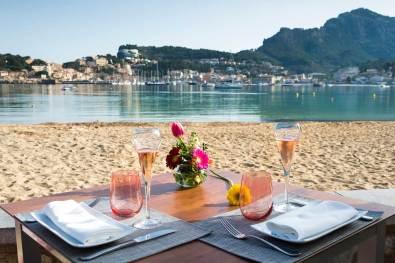 restaurant es canyis mesa junto playa de soller