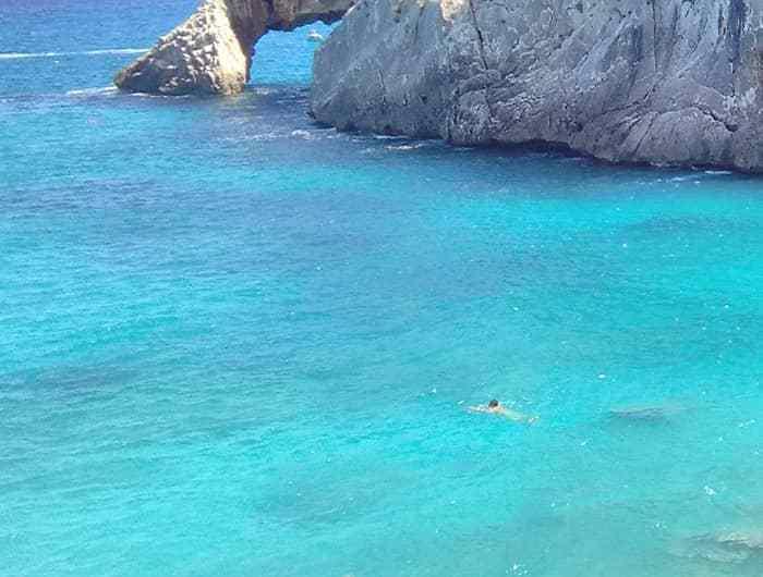 Vista al mar desde la Cala Goloritzè, en la isla Cerdeña.