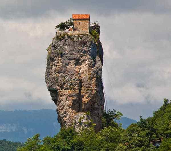 Katskhi Pillar, una iglesia de altura.