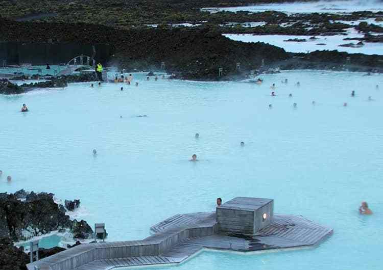 El balneario geotermico de Blue Lagoon en Islandia