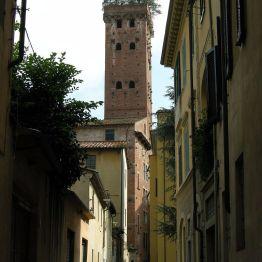 Vista entre calles de la Torre Guinigi