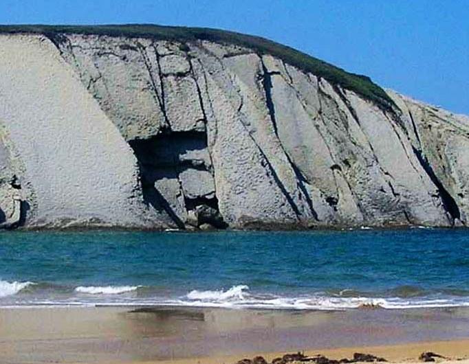 Playa de Covachos: fina arena, acantilados y una isla que explorar