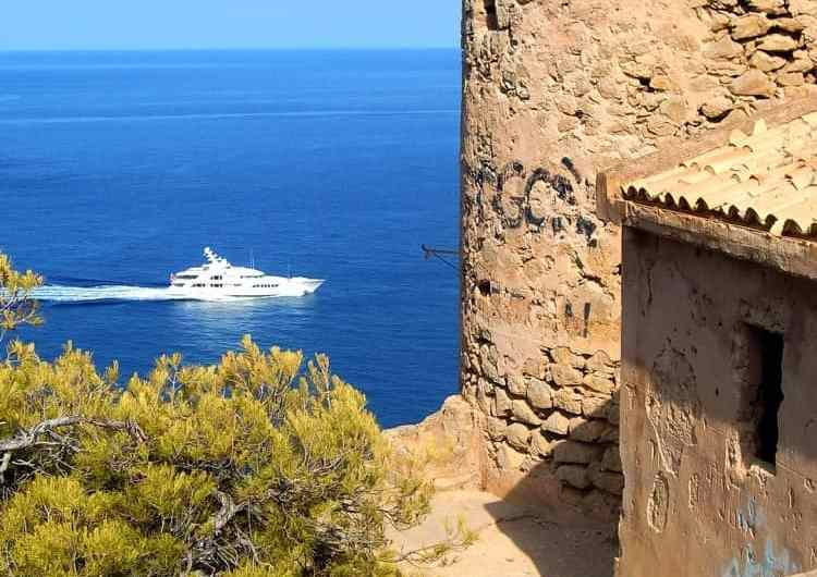 Cala en Basset y su torre en Mallorca