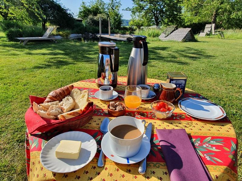 Petit dejeuner au soleil le verger de la linotte picardie oise week-end à la campagne