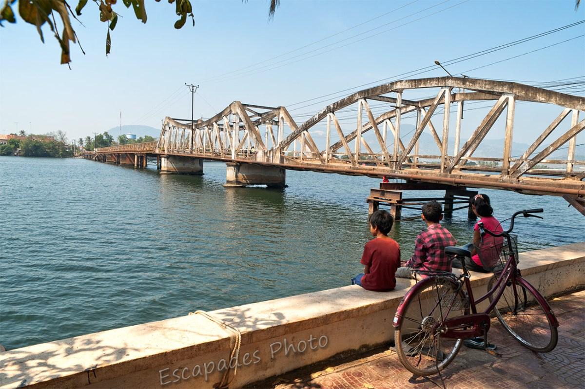 Pont de Kampot, vélo, enfants