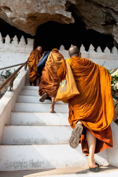 moines bouddhistes, Pak Ou, montée des marches