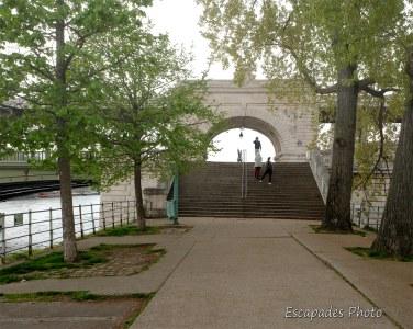 Viaduc de Passy - escalier d'accès île aux Cygnes
