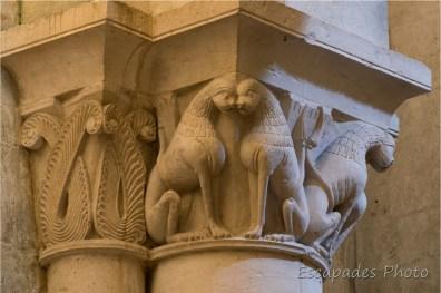 église saint-Pierre - Aulnay - chapiteau en décor végétal et animal