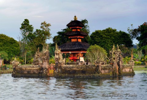 Temple hindou avec merus - lac Bratan