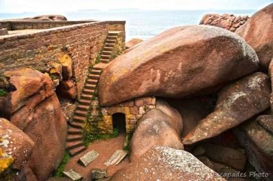 Mean Ruz - escalier et abri sous les roches