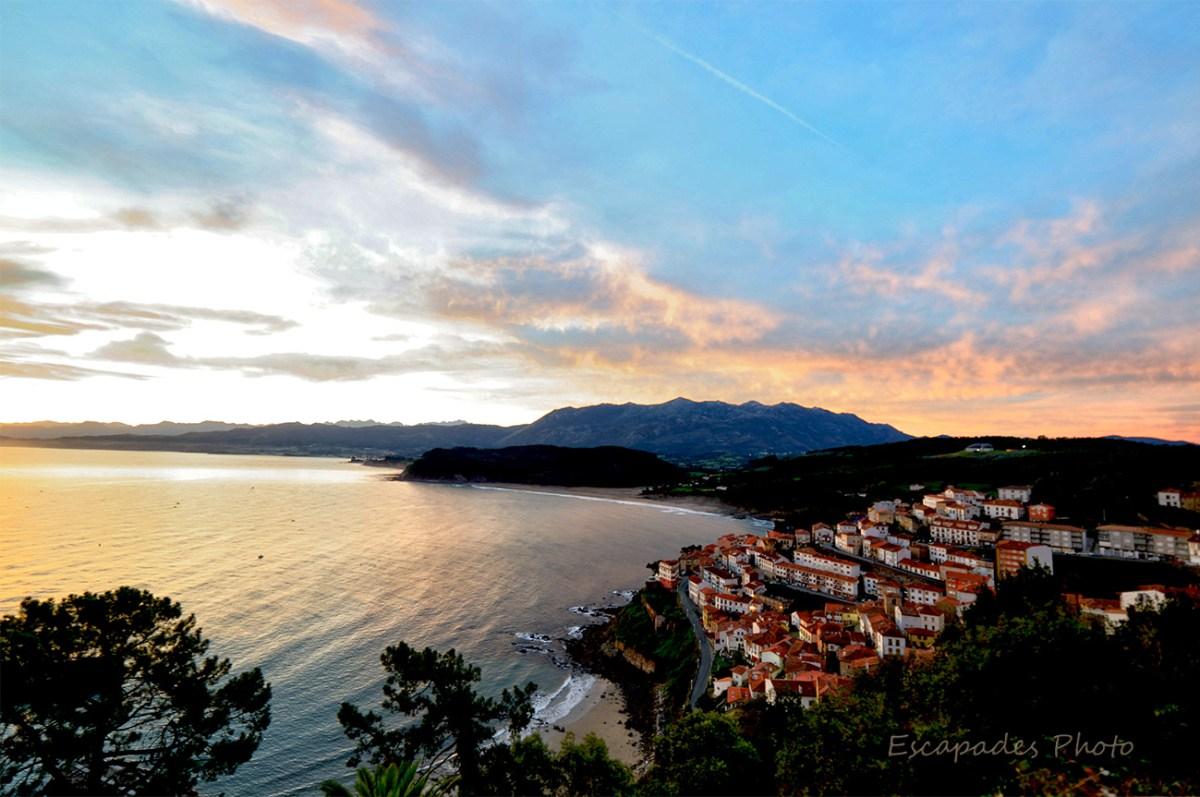 Lastres, ville et port d'Asturie vue depuis le belvédaire Atalaya