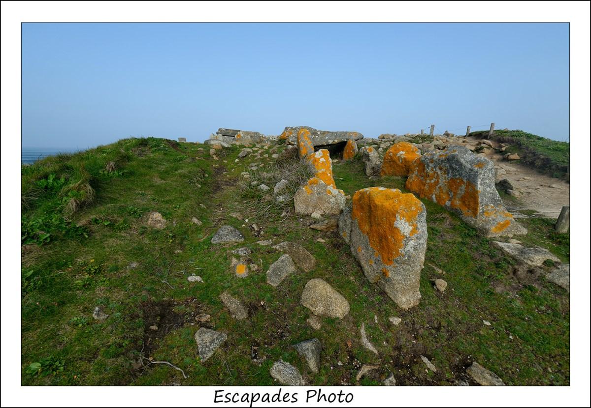 Dolmen de la Pointe de la Torche au sommet du tumulus