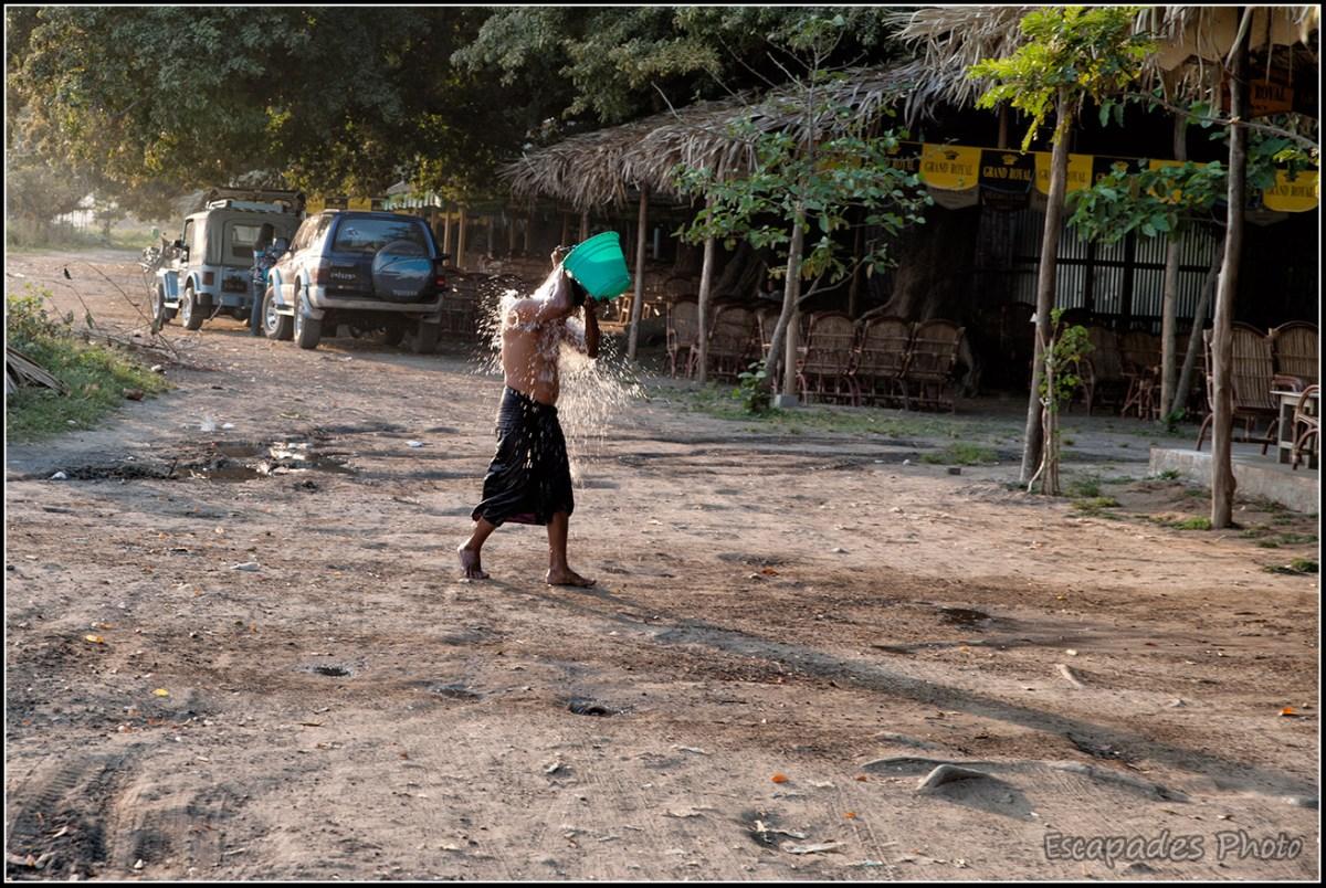 Douche birmane à Amarapura