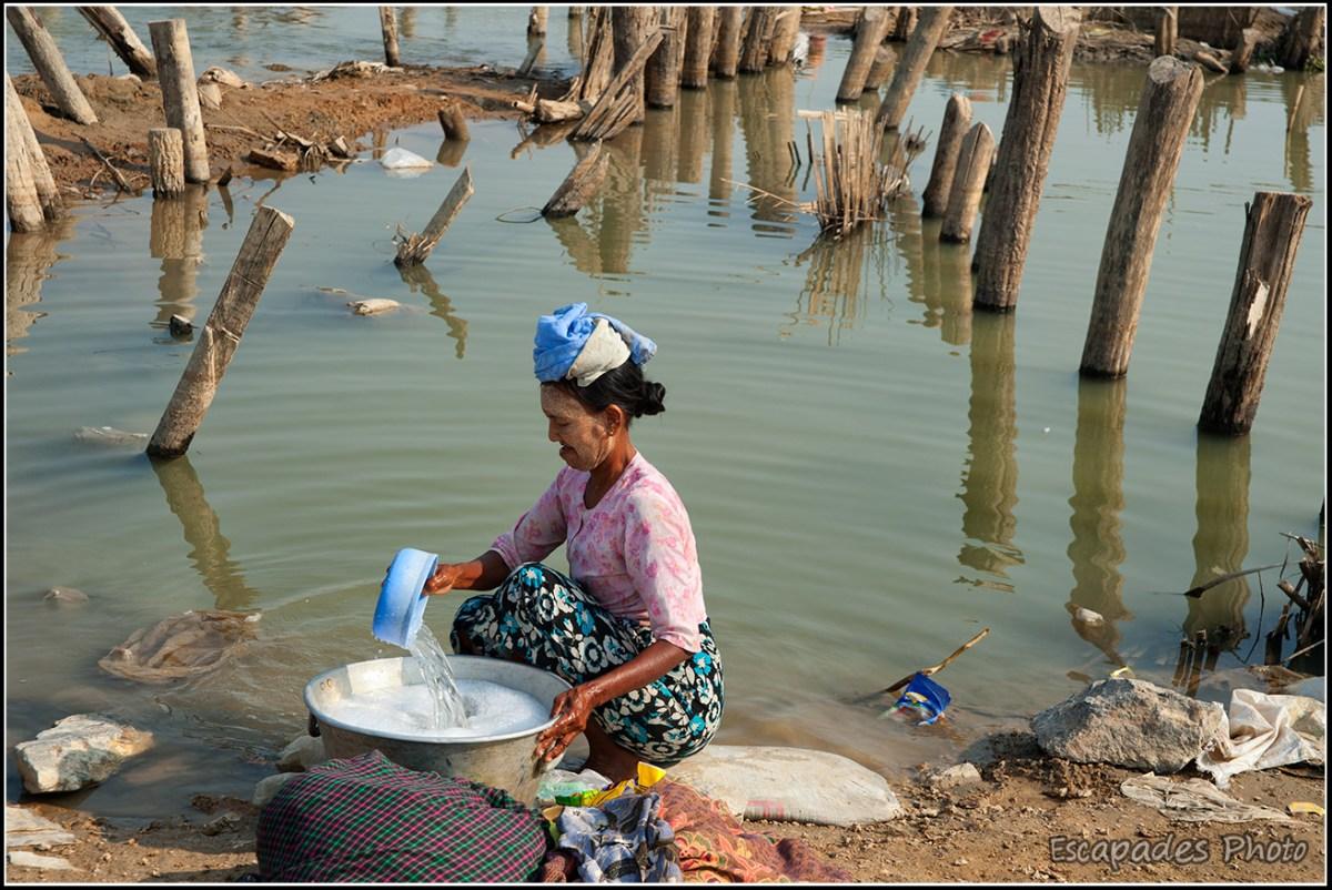Le peuple du fleuve Lessive sur le fleuve à Mandalay